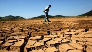 30jan2014-represa-jaguari-que-integra-o-sistema-da-cantareira-da-sabesp-companhia-de-saneamento-basico-do-estado-de-sao-paulo-fica-com-solo-seco-e-rachado-devido-a-falta-de-chuvas-no-