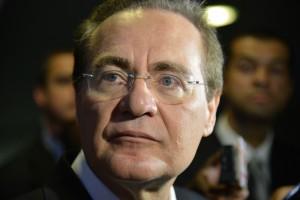 O Presidente do Senado, Renan Calheiros fala com a imprensa sobre os cortes orçamentários que o governo deve fazer (Antonio Cruz/Agência Brasil)