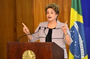 Brasília - A presidenta Dilma Rousseff, durante cerimônia no Palácio do Planalto, recebe apoio de intelectuais e artistas contra o processo de impeachment (Antonio Cruz/Agência Brasil)